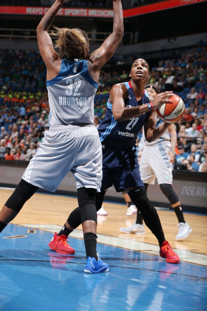 MINNEAPOLIS, MN - JULY 20: Reshanda Gray #21 of the Atlanta Dream handles the ball against the Minnesota Lynx on July 20, 2016 at Target Center in Minneapolis, Minnesota. NOTE TO USER: User expressly acknowledges and agrees that, by downloading and or using this Photograph, user is consenting to the terms and conditions of the Getty Images License Agreement. Mandatory Copyright Notice: Copyright 2016 NBAE (Photo by David Sherman/NBAE via Getty Images)